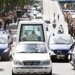 Esos polémicos viajes del Papa