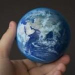 La mano que mece un injusto poder rige el mundo