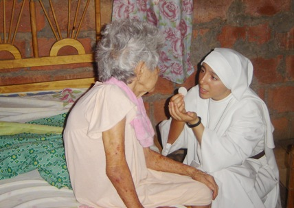 Hna. Estela dando la comunion a enferma antes del terremoto